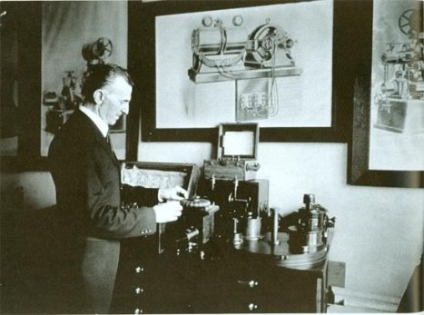 nikola_tesla_in_his_laboratory_1916